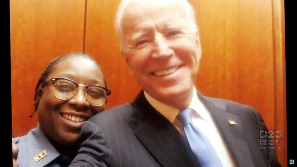 이번 민주당 전당대회에서 조 바이든을 공식으로 지명하는 순서를 담당한 재클린 브리태니(왼쪽). 뉴욕타임스(NYT) 건물 보안요원으로 일하는 그는 지난 1월 이곳을 방문한 바이든과 엘리베이터...