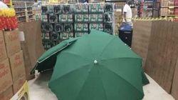 Uomo muore nel supermercato, il corpo coperto da ombrelloni per non chiudere il