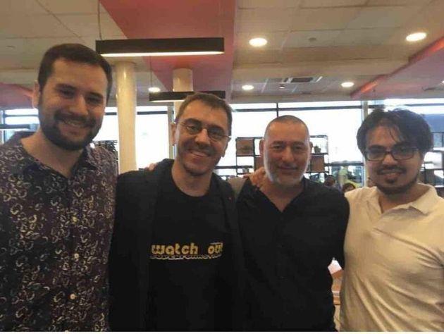 Juan Carlos Monedero y César Hernández en el centro, en Santiago de