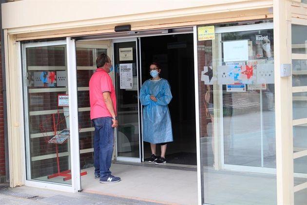 Una persona se informa en la entrada del centro de salud V Centenario de San Sebastián de los...
