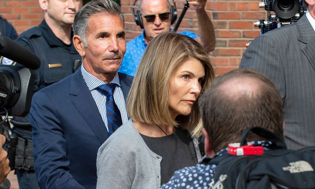 L'actrice LoriLoughlin, ici en août 2019 à Boston avec son mari Mossimo Giannulli, a été condamnée à...