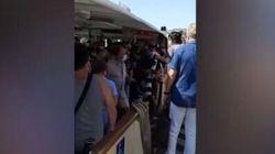 Turista si toglie la mascherina nel vaporetto strapieno: preso a pugni dai