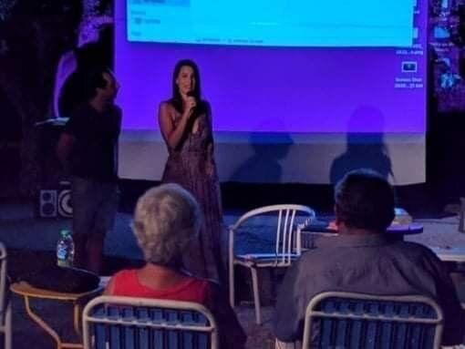 Στιγμιότυπο από τη χθεσινή βραδιά στην Αίγινα. Στο μικρόφωνο η Μαρία Γιαννούλη