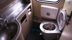 Gli cade cellulare nella toilette del treno, va a recuperarlo sui binari e viene