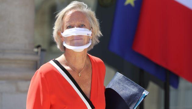 Sophie Cluzel arbore elle-même un masque transparent contre le coronavirus à la sortie du...
