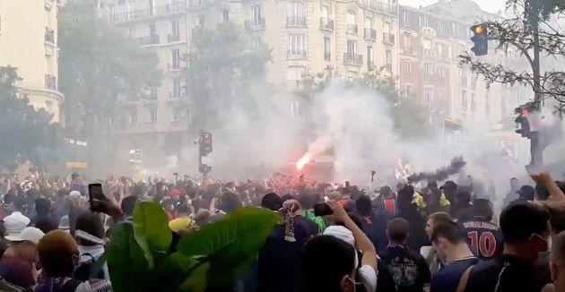 Aux abords du Parc des Princes, dans le XVIe arrondissement de Paris, des centaines de supporters du...