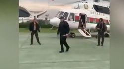 Fusil en mano y con chaleco antibalas: así ha llegado Lukashenko a la residencia presidencial tras las