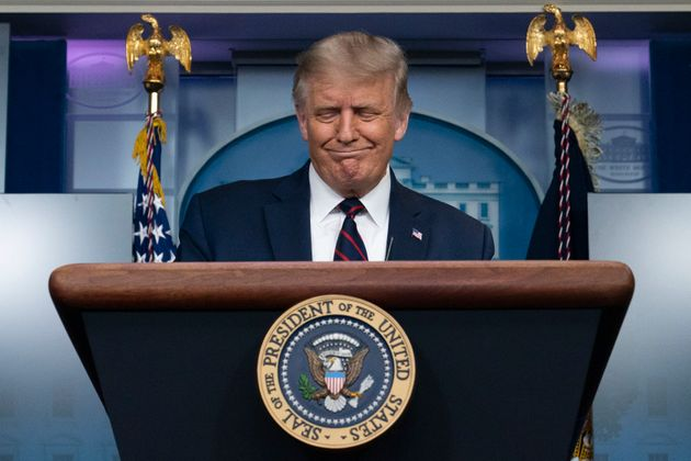 도널드 트럼프 미국 대통령이 백악관 브리핑에서 발언 도중 미소를 짓고 있다. 2020년