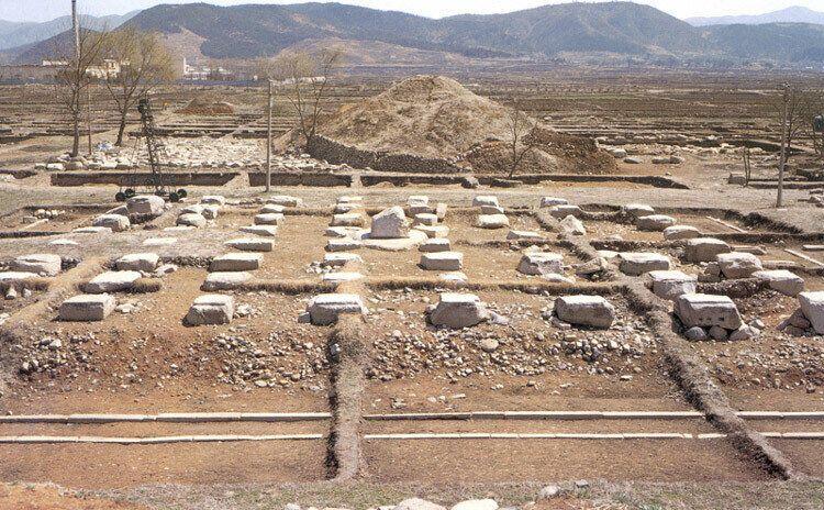1970년대 찍은 경주 황룡사터 건물터 발굴 현장. 문화재관리국이 조사단을 꾸려 1976년부터 1984년까지 2만평 넘는 대사원터를 발굴조사한 것은 국내 고고발굴사상 전례 없는