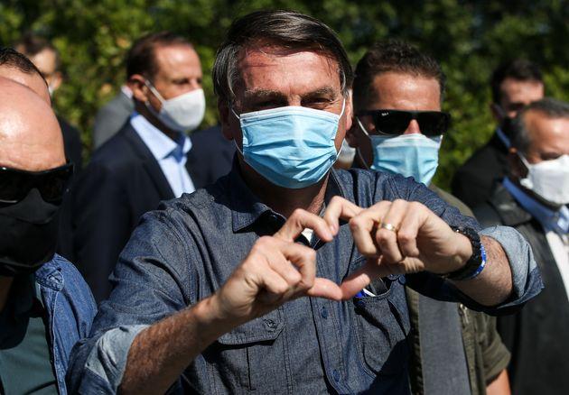 Jair Bolsonaro, haciendo un corazón con las manos el 7 de agosto de 2020 (Alexandre Schneider/Getty