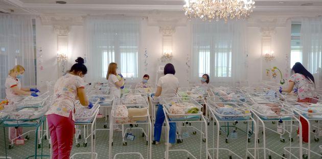 コロナ禍の移動制限で、親が引き取りに来れなくなった代理出産で生まれた子どもたち