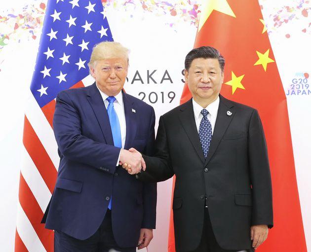 (자료사진) 도널드 트럼프 미국 대통령이 시진핑 중국 국가주석과의 정상회담을 앞두고 악수를 나누고 있다. 오사카, 일본. 2019년