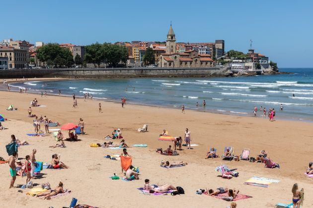 Turistas en la playa de San Lorenzo, en Gijón,