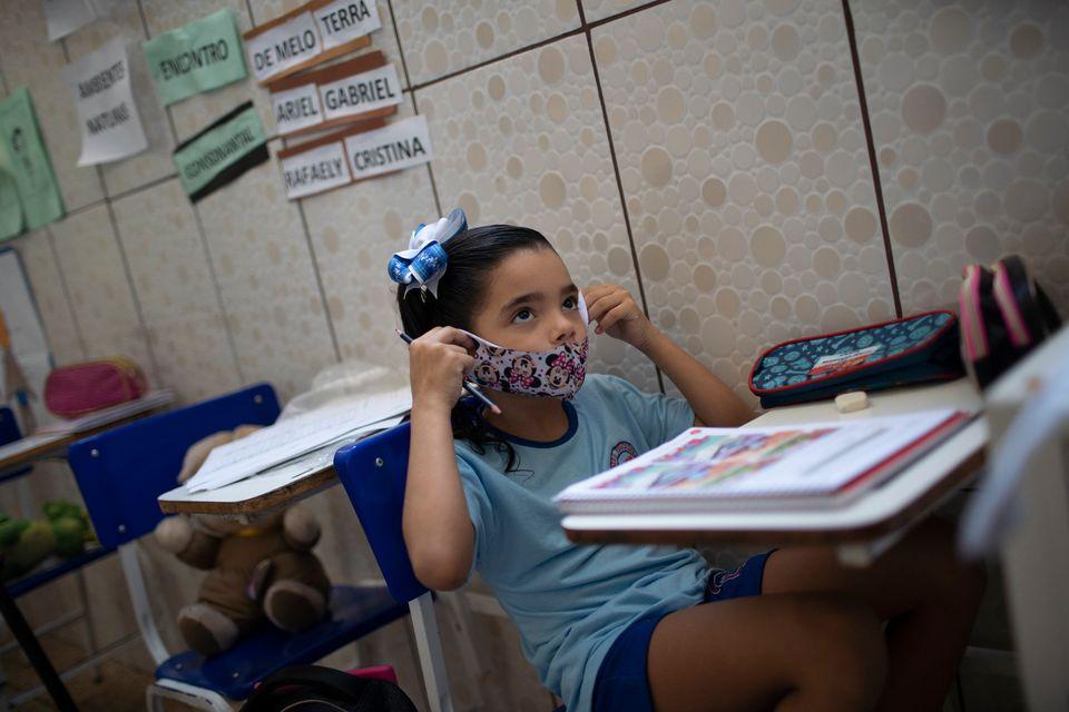 Menina usa máscara em escola privada de Duque de Caxias, no