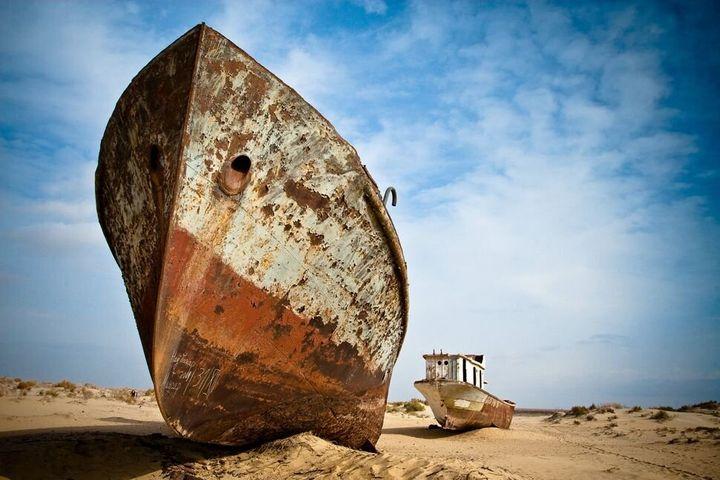 """""""Bateaux succombant à la rouille proches des bords de la mer d'Aral, entre le Kazakhstan et l'Ouzbékistan. Il y eut un temps où ce fut le quatrième plus grand lac au monde mais le drainage intensif de l'eau pour irriguer les champs de coton a eu raison de plus de 90 % de la surface initiale de la mer d'Aral."""""""