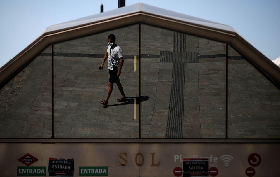 Un hombre camina con mascarilla por el centro de Madrid, en plena ola de rebrotes, el 24 de agosto de