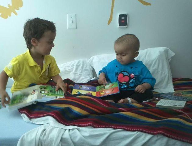 Raphaël, alors qu'il était encore bébé, avec son grand frère