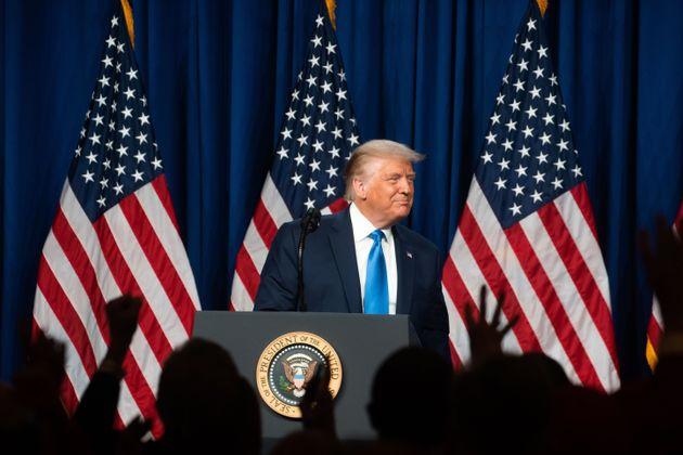 도널드 트럼프 미국 대통령이 공화당 전당대회 첫째날, 대의원들 앞에서 연설을 하고 있다. 샬럿, 노스캐롤라이나. 2020년