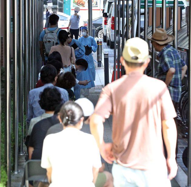 서울 관악구보건소에 마련된 코로나19 선별진료소를 찾은 시민들이 검사를 기다리고 있다.