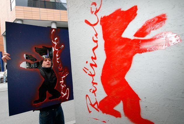ベルリン国際映画祭のロゴをスプレーでペイント(2007年2月6日撮影)
