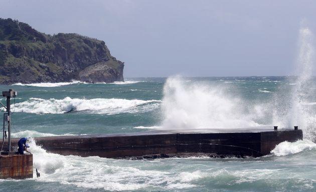 제8호 태풍 '바비(BAVI)'가 북상 중인 25일 오전 제주 서귀포시 대정읍 해상에 거친 파도가 치고