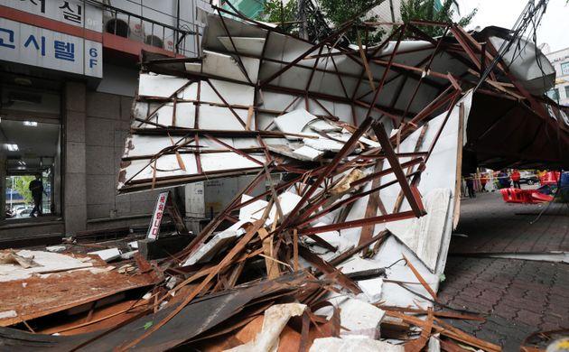 제13호 태풍 '링링'(Lingling)이 한반도를 강타한 7일 오후 서울 도봉구의 한 교회 첨탑이 무너져 차량을 덮치고 있다.