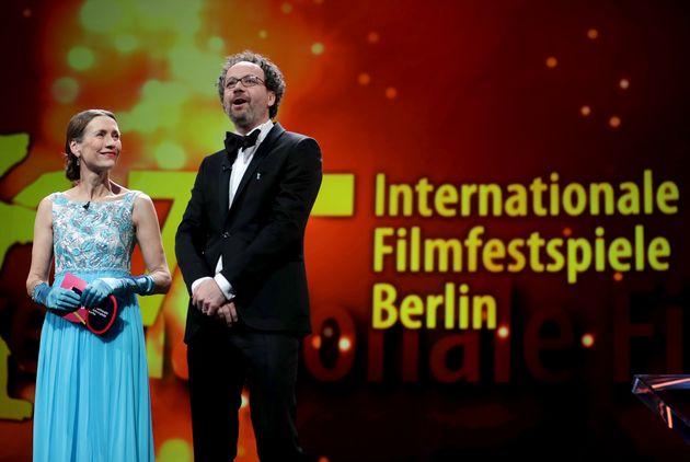 베를린국제영화제 디렉터 마리에테 리센베크(왼쪽)와 카를로 샤트리안이 인사말을 하고 있다.베를린, 독일. 2020년