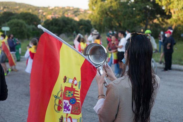 Una manifestante con una cacerola el pasado mes de mayo en las inmediaciones de la casa de Pablo Iglesias...