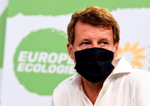 Yannick Jadot, député européen EELV, portant un masque lors d'un débat des...