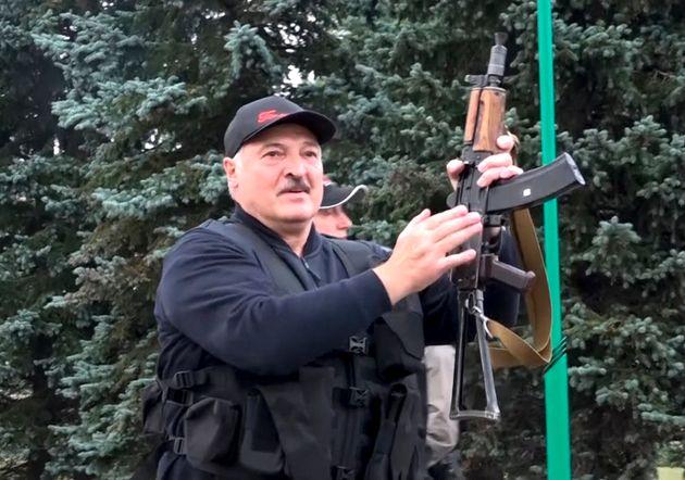 Alexander Lukashenko, armado, el pasado 23 de agosto, en el Palacio Presidencial de