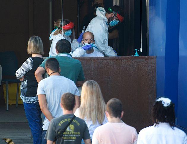 La gente hace cola para hacerse pruebas de coronavirus en Guernica (Vizcaya), el 25 de