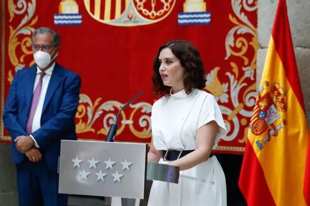 Isabel Díaz Ayuso, acompañada por el consejero de Educación y Juventud, Enrique Ossorio, durante la presentación...
