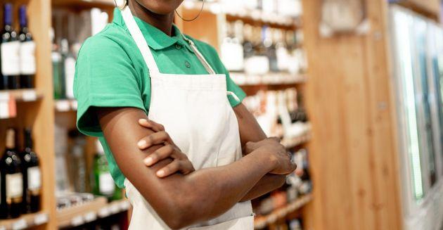 Cliente del supermercato rifiuta di essere servito dalla commessa