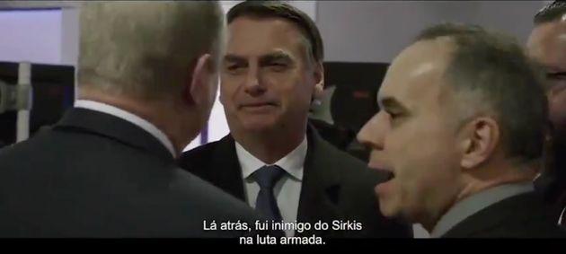 Vídeo do documentário Davos mostra o presidente Jair Bolsonaro conversando com Al