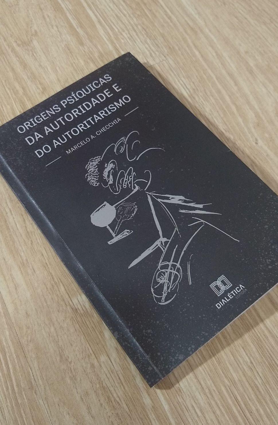 Livro <i>Origens ps&iacute;quicas da autoridade e do autoritarismo</i> de Marcelo Checchia.