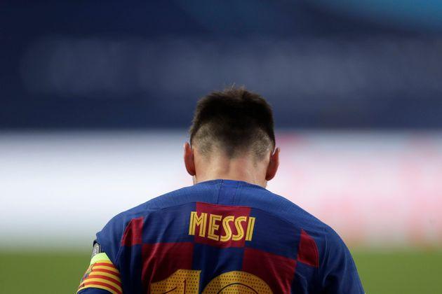 El delantero argentino del Barcelona Lionel Messi se muestra cabizbajo durante el partido de los cuartos...
