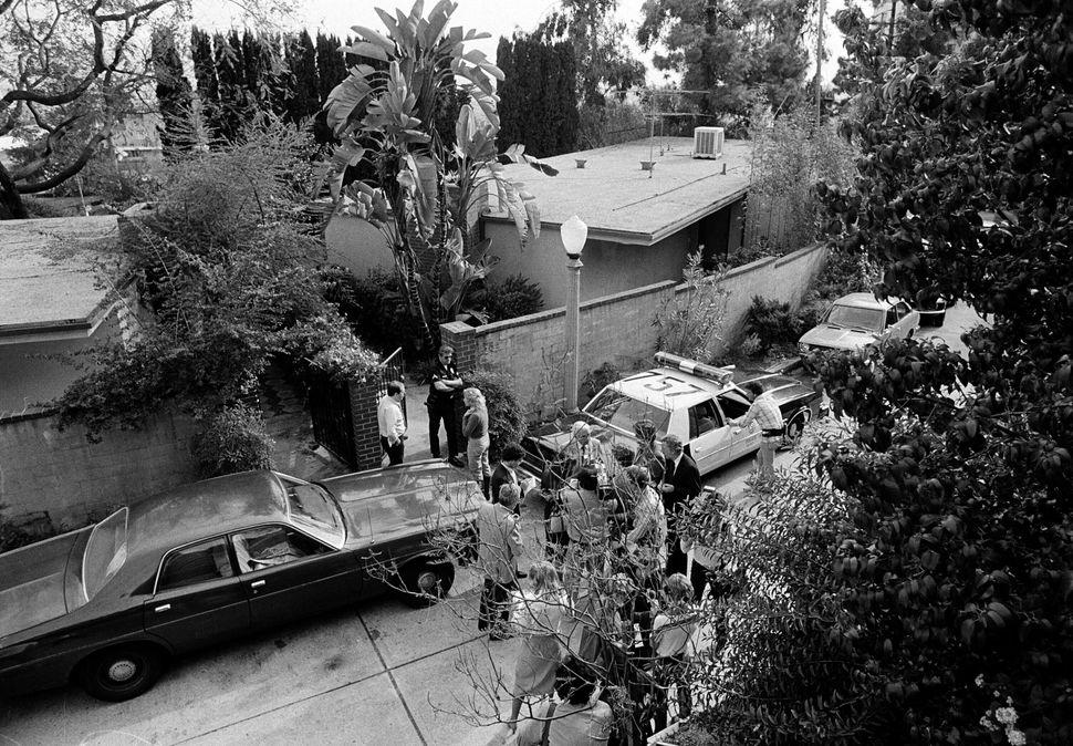 1982, έξω από το ξενοδοχείο λίγες ώρες αφότου βρέθηκε νεκρός ο Τζον Μπελούσι.