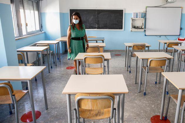 La preside del liceo scientifico statale ''Isacco Newton'', Cristina Costarelli, verifica la disposizone...