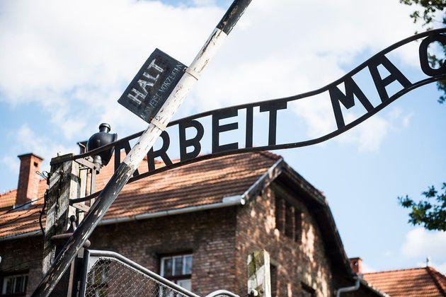 正面ゲートに掲げられているARBEIT MACHT FREI(働けば自由になれる)の文字。Bの文字が逆さまなのは、労働者のささやかな抵抗だったと見られている。