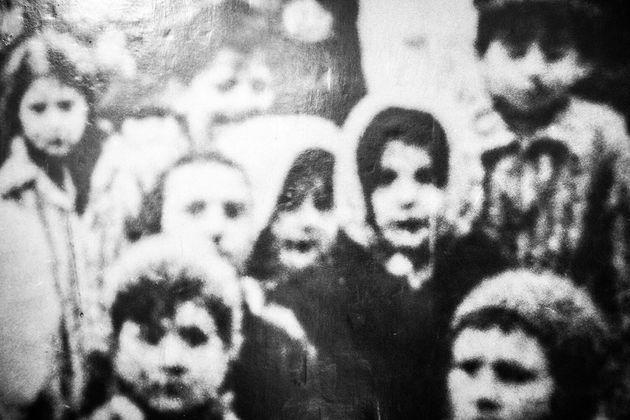 展示されている収容者の写真。生還できず、語られることのなかった言葉が無数にある。