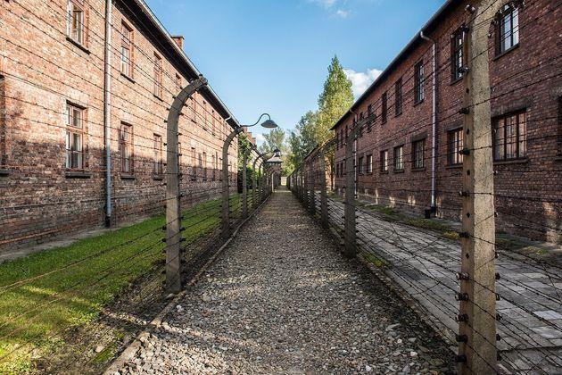 有刺鉄線には高圧電流が流されていた。精神的に追い詰められ、電流により自殺を図った収容者もいたという