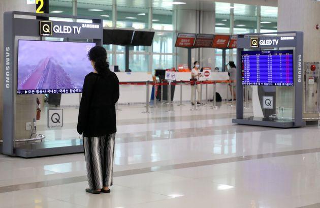 26일 제주가 제8호 태풍 '바비(BAVI)'의 영향권에 들어가면서 제주국제공항을 오가는 오전 항공편이 전편 결항됐다. 발이 묶인 관광객이 제주공항에서 망연자실한 모습으로 태풍 관련...