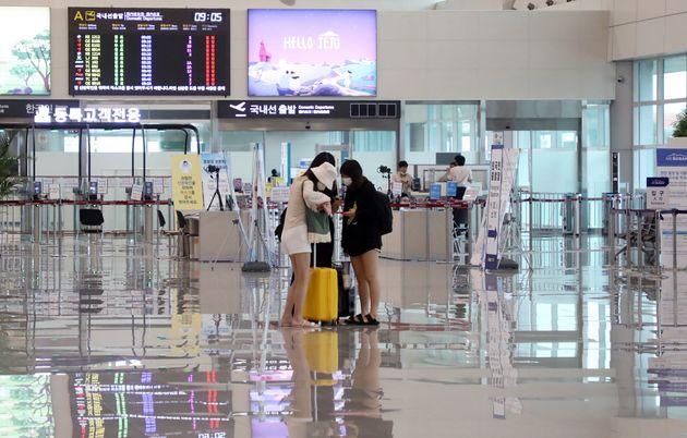 26일 제주공항에서 출발하는 비행기가 전편 결항되면서 관광객들의 발이
