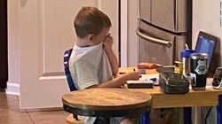 Mamma fotografa il figlio di 5 anni che piange di frustrazione durante una lezione