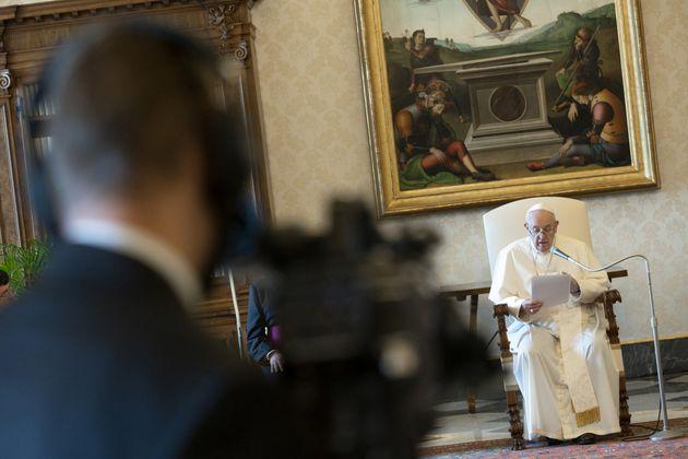 Imagen de archivo del papa Francisco durante una de las Audiencias semanales desde la biblioteca del...