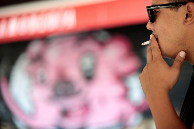 Un hombre fuma en Madrid el 14 de agosto de 2020 (Juan Carlos Rojas/picture alliance via Getty