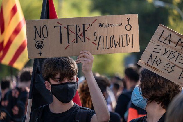 Una manifestación en Barcelona en l que una asistente porta un cartel en el que se lee que no...