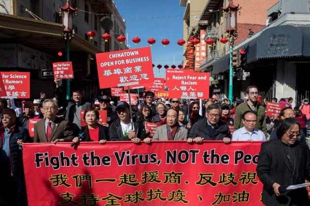 지난 2월 말 미국 샌프란시스코 차이나타운 커뮤니티에는 수백 명의 주민들이 거리로 나와 중국 커뮤니티를 겨냥한 인종차별에