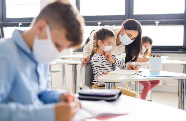 Finalement, tous les adultes devront porter le masque à l'école, même