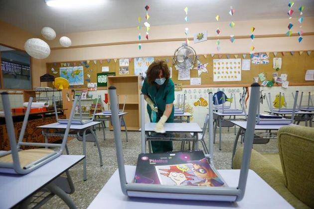 Una trabajadora pone a punto un colegio madrileño para su